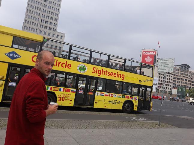 lelaki melintasi kota berlin dengan latar bus wisata