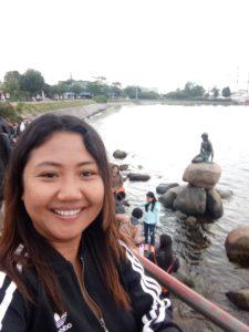 perempuan selfie berlatar belakang patung little mermaid