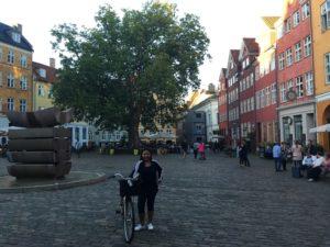 perempuan dan sepeda di salah satu sudut kota kopenhagen