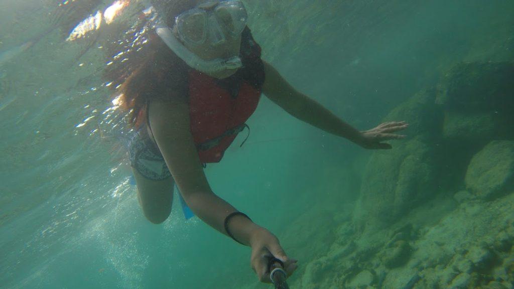 gadis dengan kacamata selam snorkeling di koh lipe, thailand