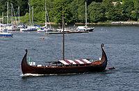 perahu viking berlayar diatas laut benua eropa