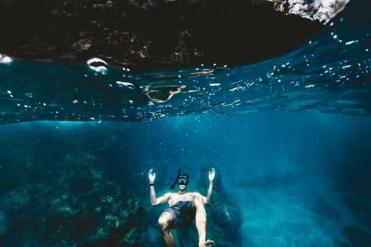 Pria snorkeling