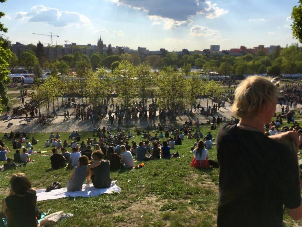 para berliners piknik di taman saat sumer