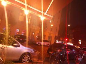 suasana malam dengan cahaya lampu kuning di sudut jalan kota