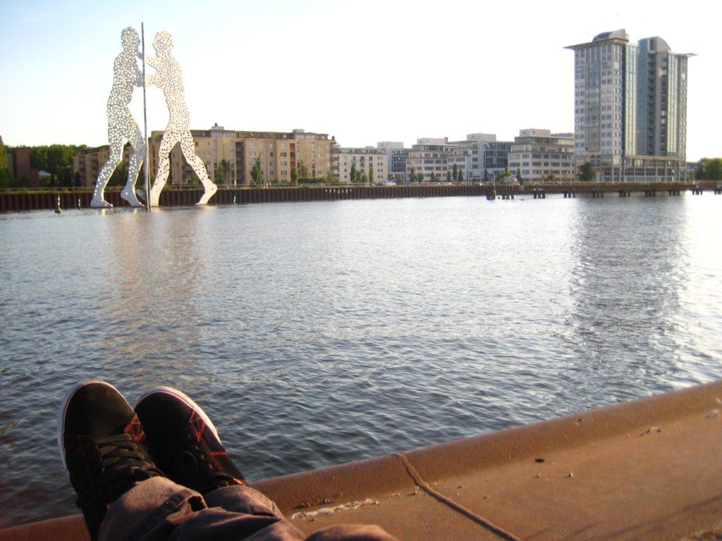 sungai spree dengan latar belakang gedung-gedung di berlin