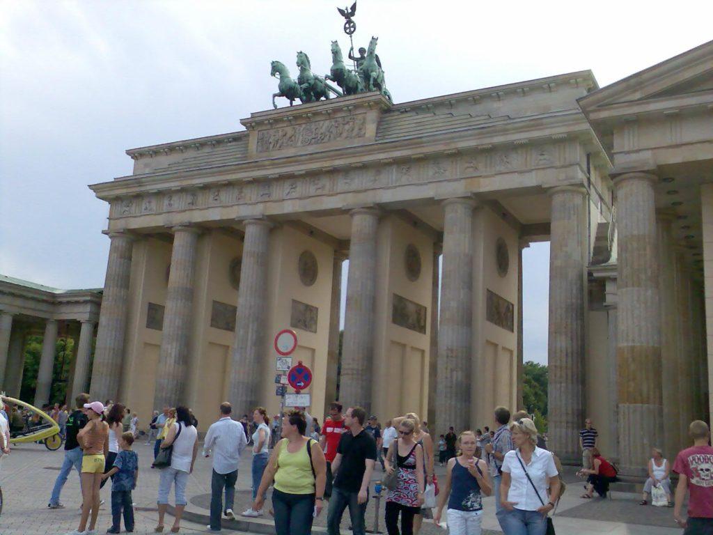 para turis dengan latar gerbang brandenburg di summer
