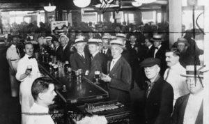 para pria merayakan roaring '20s di bar