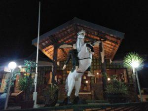 hotel di cemoro lawang dengan patung kuda kawasan bromo