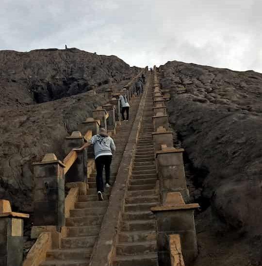 250 buah anak tangga menuju puncak bromo